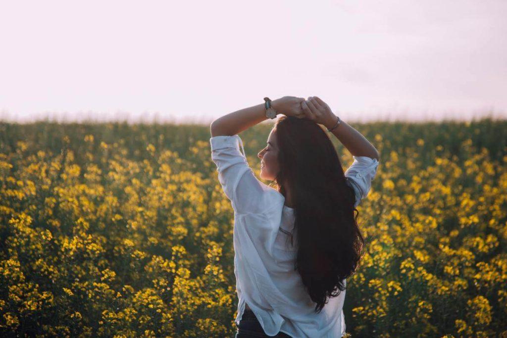 綺麗な女性と花
